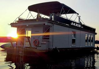 Auf dem Hausboot grillen