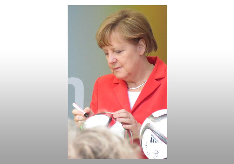 Ball signiert von Merkel