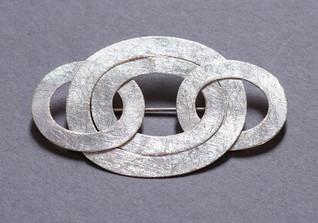 Brosche mit Ringen
