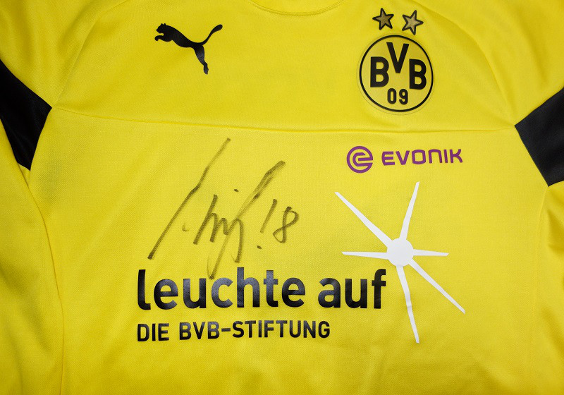 zu weihnachten einmaliges bvb sondershirt signiert von sahin. Black Bedroom Furniture Sets. Home Design Ideas