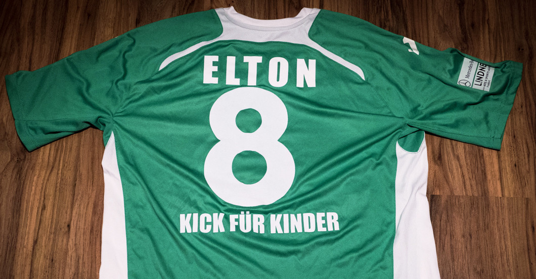 elton stiftet sein trikot vom kick f r kinder benefizturnier. Black Bedroom Furniture Sets. Home Design Ideas