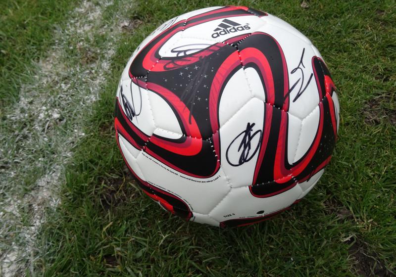 5f93cb1626c40 Von WM-Helden signierter Fußball