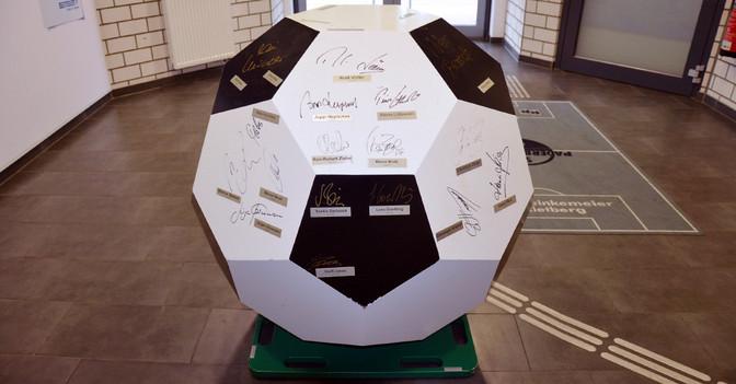Holz Fußball signiert