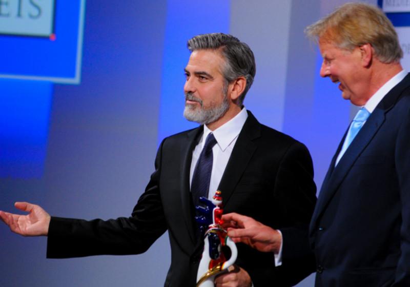 George Clooney und Preisstifter Karlheinz Kögel