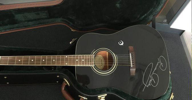 Priscilla Presley Gitarre