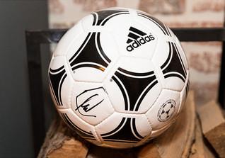Signierter FIFA-Fußball