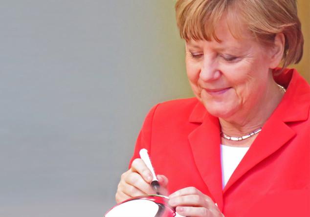 Signierter WM-Ball Merkel
