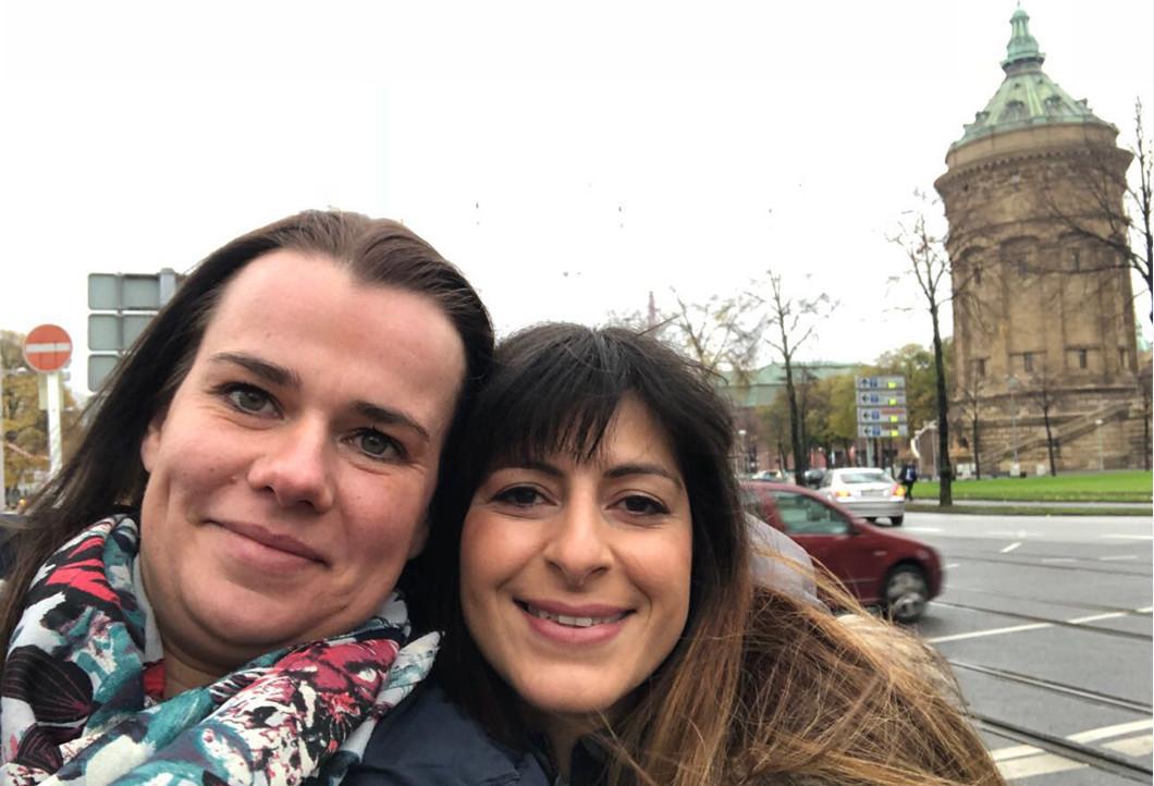Gülnaz und ihre Freundin in Mannheim