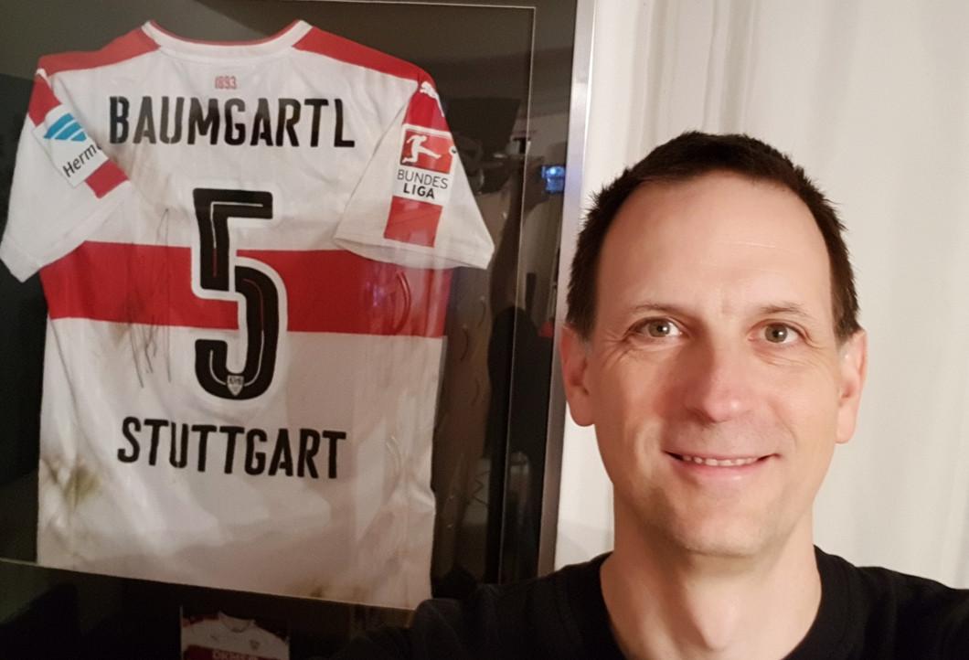 Jürgen mit seinen VfB-Sammlerstücken
