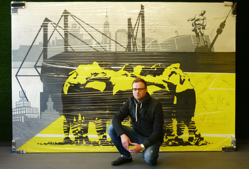 André mit seinem gut verpackten BVB-Graffiti