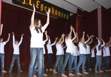 Aufbau des Sportheims des 1. FC Egenhausen