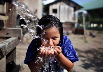 ClearWater versorgt die Eingeborenen nachhaltig mit sauberem Trinkwasser