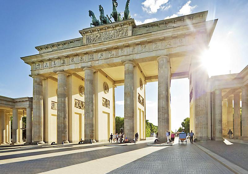 Ein Spaziergang durch das Brandenburger Tor kann Sie erwarten