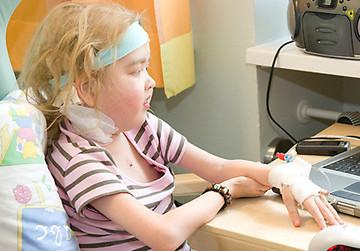 Per Mausklick kann Sandra vom Krankenbett am Unterricht teilnehmen