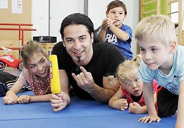 Comedian Bülent Ceylan unterstützt Therapiemöglichkeiten für behinderte Kinder