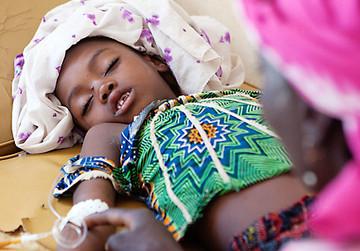 SOS Kinderdörfer Niger kämpft gegen die Hungersnot, wie z.B. hier bei diesem Kind