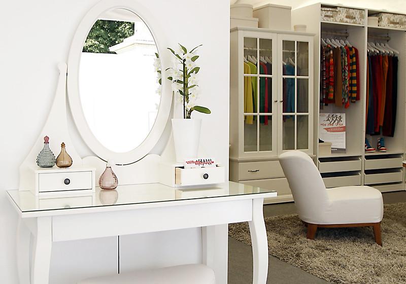 ein frisiertisch mit den autogrammen der promis. Black Bedroom Furniture Sets. Home Design Ideas