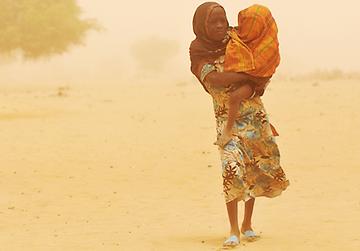 UNICEF hilft die Menschen mit Zusatznahrung, Medikamenten und Wasser zu versorgen