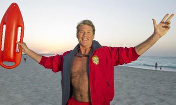 David Hasselhoffs Baywatch-Jacke bringt über 3.000 Euro für den guten Zweck