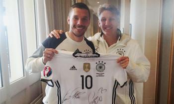 EM: Podolski und Schweinsteiger spenden einzigartiges Trikot