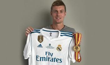 Toni Kroos stiftet seine Goldmedaille und sein Supercup-Trikot