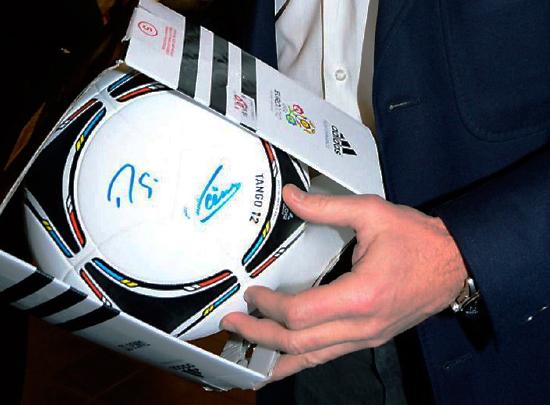 Ein von Rudi Völler signierter Fußball