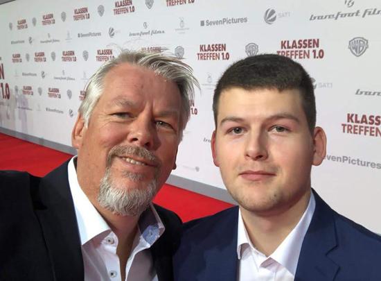 Matthias und sein Sohn Tom genossen den Weg über den roten Teppich