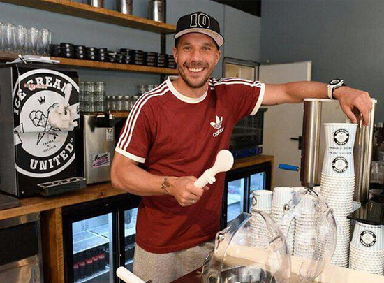 Lukas Podolski lädt in seine Eisdiele ein