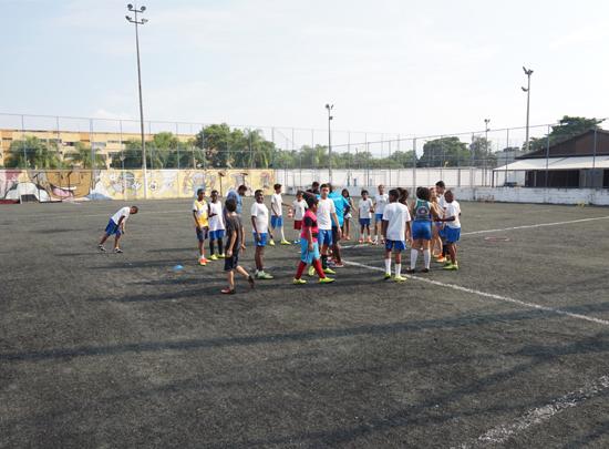 """Kinder auf dem Sportgelände von """"Bola pra Frente"""""""