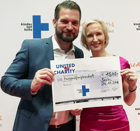 Simon Böer überreicht 1.500 Euro an die Kindernothilfe