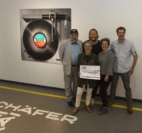Künstler Kai Schäfer und die Auktionsgewinner übergaben den Scheck an die Vorstände des Kinderhilfezentrums