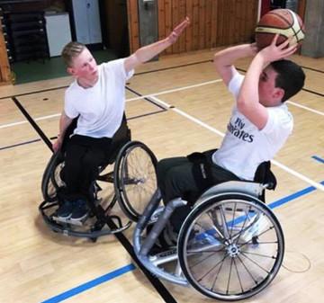 Toni Kroos Stiftung organisiert Sportrollstuhl für Sebastian