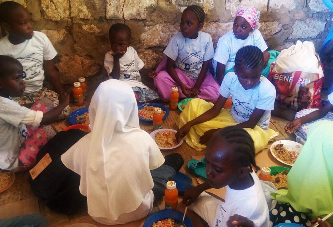 Schüler beim Weihnachtsessen in Kenia