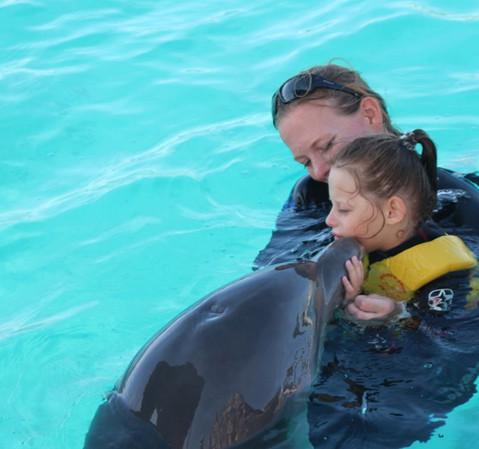 Nele bei der Delfintherapie