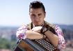 """Andreas Gabalier ist ein Sänger der Volkstümlichen Musik aus Österreich. Der sogenannte Volks-Rock'n'Roller ist deutschen Fans aus der VOX-Sendung """"Sing my Song"""" bekannt."""