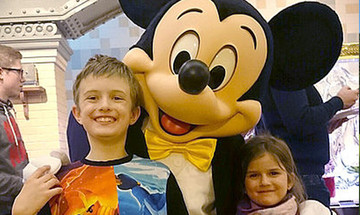 Mickey Mouse met in Disneyland