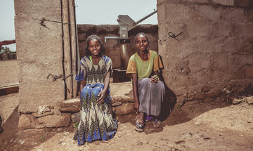 Nigisty und eine Freundin vor dem neuen Brunnen