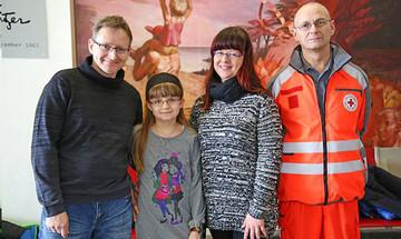 Victoria mit ihren Eltern und ihrem Schulbegleiter