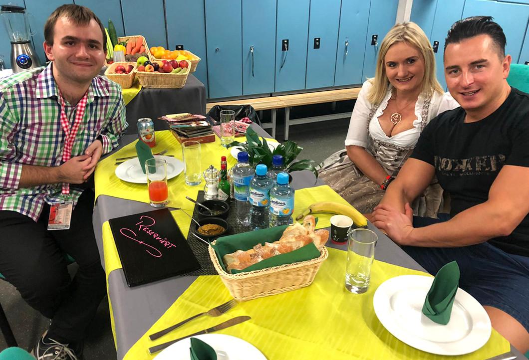 Patrick und seine Freundin mit Andreas Gabalier