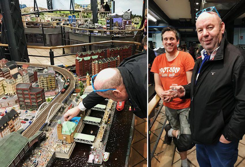 Auktionsgewinner Ludger beim Aufstellen seiner Figur im Miniatur Wunderland