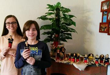 Celine und Nils mit den neuen und alten Dschungelpuppen