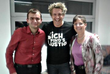 Sascha Grammel mit Auktionsgewinner Patrick und seiner Mutter