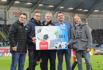 Signierter Holzball bleibt als Dauerleihgabe im Stadion