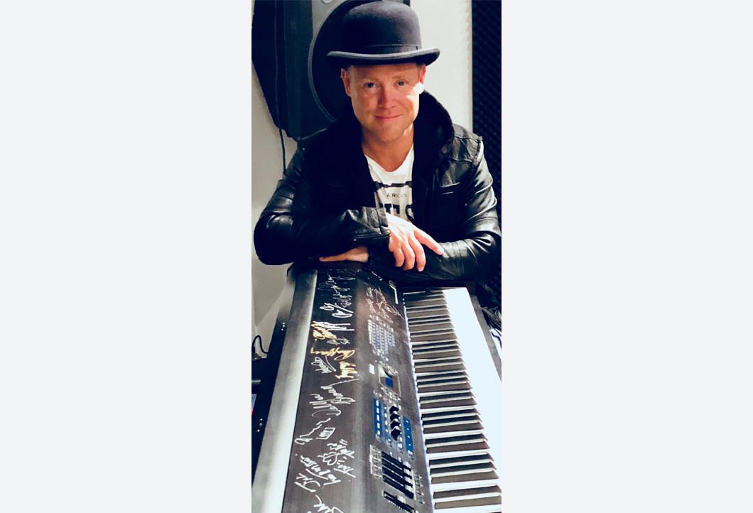 Von Musikstars signiertes Keyboard
