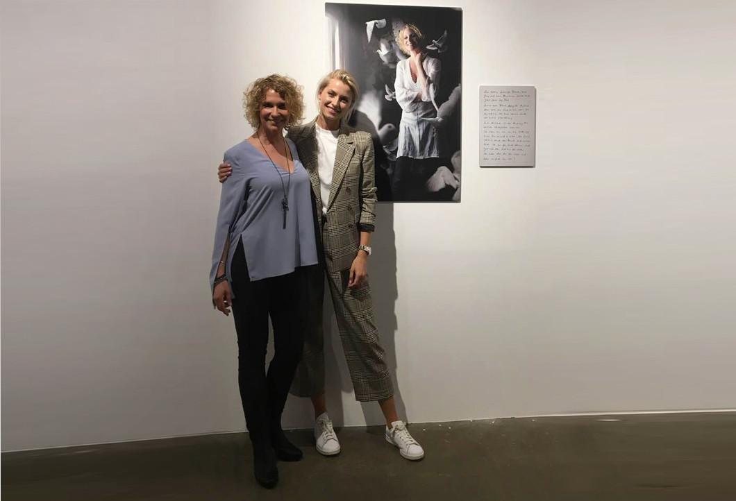 Lena Gercke und Heike Kloss bei der Ausstellungseröffnung in Cloppenburg