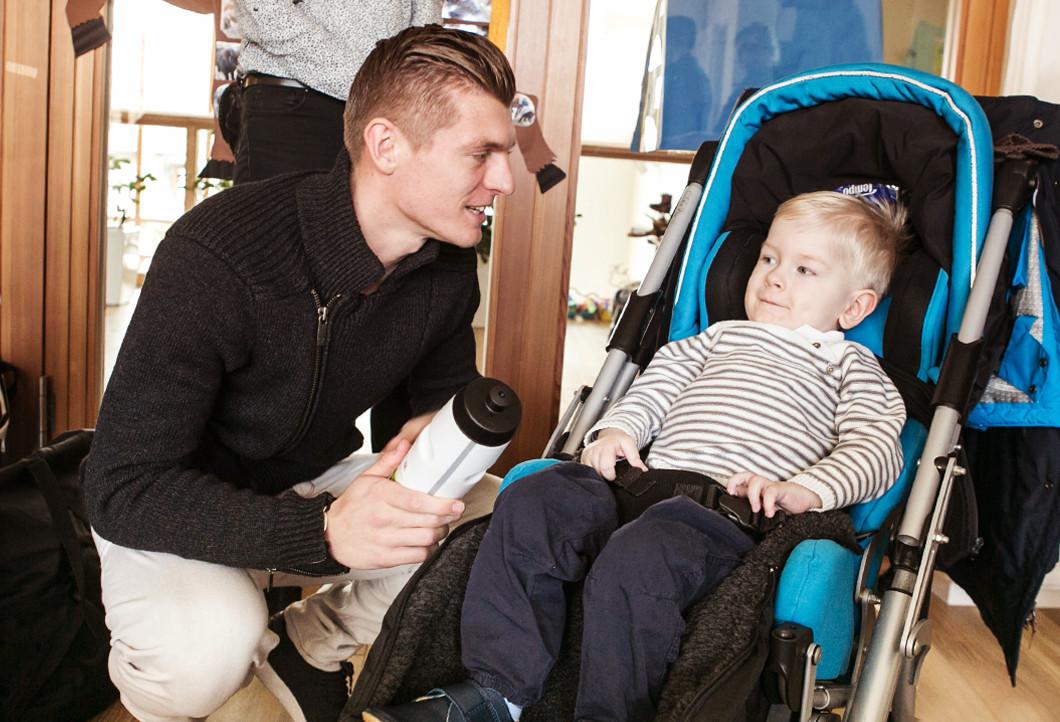 Toni Kroos zu Besuch bei Emil